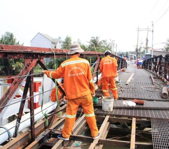 Việc sửa chữa đoạn cầu hư hỏng đang được lực lượng chức năng khẩn trương tiến hành