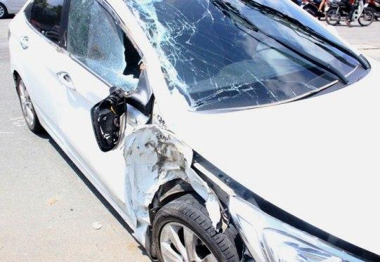 Ô tô 4 chỗ bị biến dạng sau va chạm