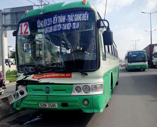 Hiện trường vụ tai nạn liên hoàn trên xa lộ Hà Nội làm chiếc xe buýt biến dạng