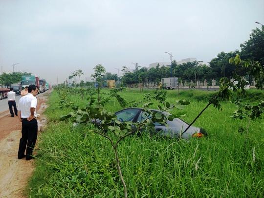 Chiếc xe bị hất văng xuống rãnh sâu hơn 1 m so với mặt đường