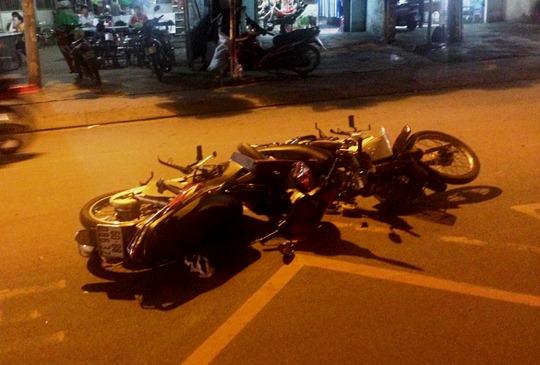 Hai chiếc xe máy găm vào nhau sau cú va chạm