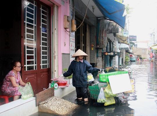 Đường Mã Lò nước ngập đến đầu gối khiến mọi sinh hoạt của người dân bị đảo lộn