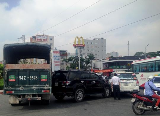 Hiện trường vụ tai nạn liên hoàn giữa 3 xe ô tô