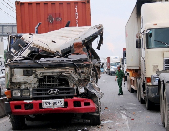 Chiếc xe container nát đầu sau va chạm