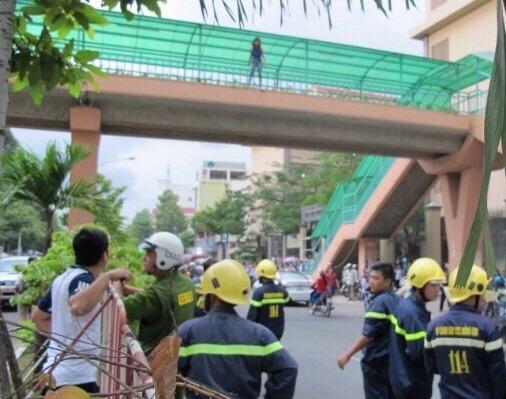 Cô gái đứng trên cầu thời điểm cảnh sát và lực lượng cứu hộ đang tìm cách giải cứu