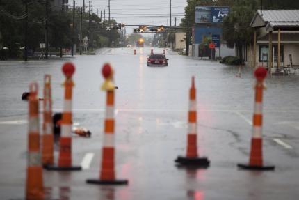 Một chiếc xe bị mắc kẹt do mưa lớn ở Georgetown ngày 4-10. Ảnh: REUTERS