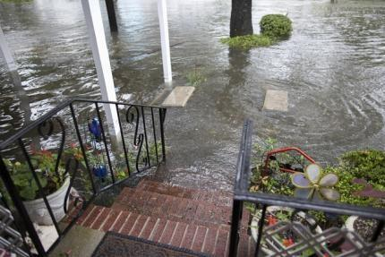 Nước khắp nơi ở Georgetown. Ảnh: REUTERS