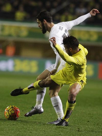 Isco lép vế hoàn toàn trước Dos Santos (phải, Villarreal)