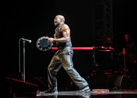 Nghệ sĩ chơi bộ gõ không chỉ là một chuyên gia âm nhạc mà còn là một diễn viên xiếc trên sân khấu