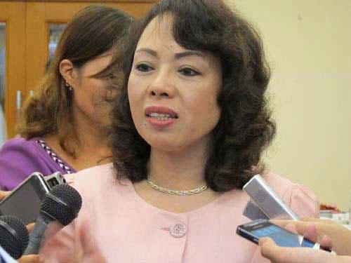 Bộ trưởng Nguyễn Thị Kim Tiến trao đổi với báo chí bên hành lang Quốc hội