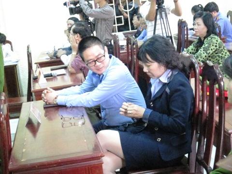 Hai người làm chứng thuộc cán bộ Công đoàn Ngân hàng Chính sách xã hội Việt Nam có mặt