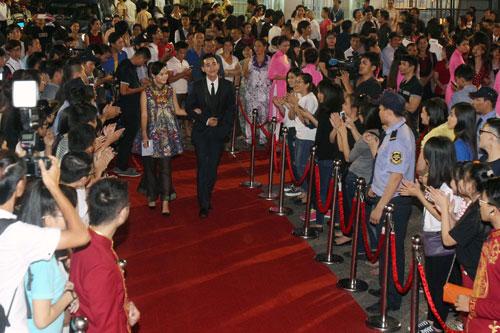 Công chúng chào đón các nghệ sĩ trên thảm đỏ đêm khai mạc LHP Việt Nam lần thứ 19 tại Nhà hát Hòa Bình Ảnh: Hoàng Triều