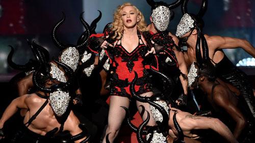 """Một tiết mục trình diễn của Madonna trong chuyến lưu diễn """"Rebel Heart"""" Ảnh: Reuters"""