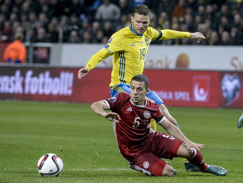 Marcus Berg (19) liên tiếp bỏ lỡ nhiều cơ hội ghi bàn đầu trận cho Thụy Điển