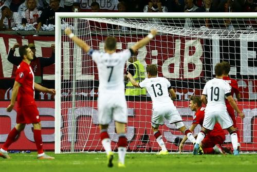 Thomas Mueller (13) mở tỉ số cho tuyển Đức trận gặp Ba Lan hôm 5-9
