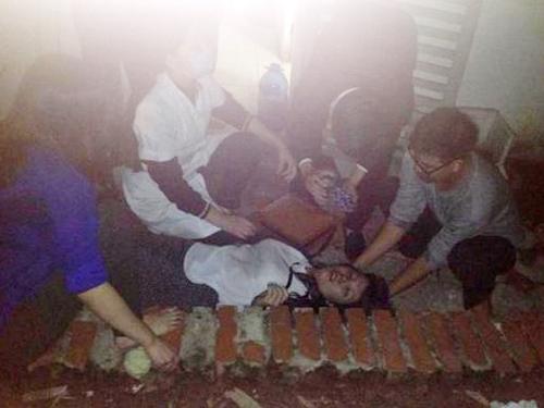 Khẩn trương sơ cứu cư dân bị ngạt khói vừa được đưa ra khỏi tòa nhà tối 11-10