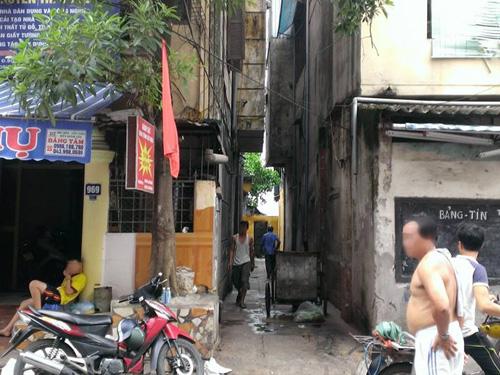 Con hẻm số 969 đường Bạch Đằng, nơi phát hiện ra người đàn ông tử vong trong nhà vệ sinh
