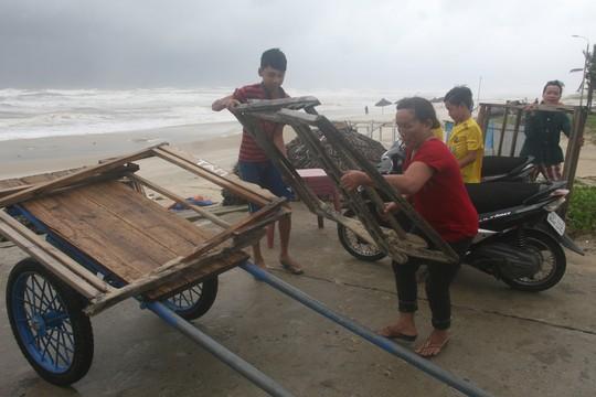 Người dân xã Tam Thanh, TP Tam Kỳ, tỉnh Quảng Nam, chuyển vật dụng để phòng tránh bão số 3 - Ảnh: Tr.Thường