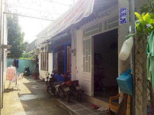 Trong khi hàng trăm ngôi nhà bị tháo dỡ vì xây dựng không phép thì những ngôi nhà này vẫn được ngang nhiên tồn tại. Ảnh: Lê Phong