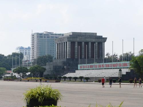 Nhà 8B Lê Trực nhìn từ Quảng trường Ba Đình trước Lăng Chủ tịch Hồ Chí Minh