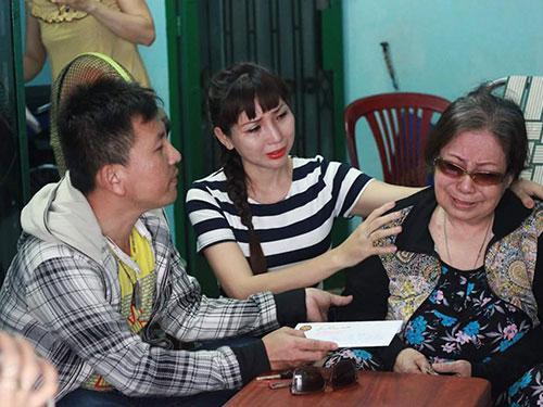 NSƯT Ngọc Hương xúc động đón nhận tình cảm của khán giả và các nghệ sĩ đồng nghiệp đã trao tặng bà hơn 30 triệu đồng Ảnh: CẨM NHƯ