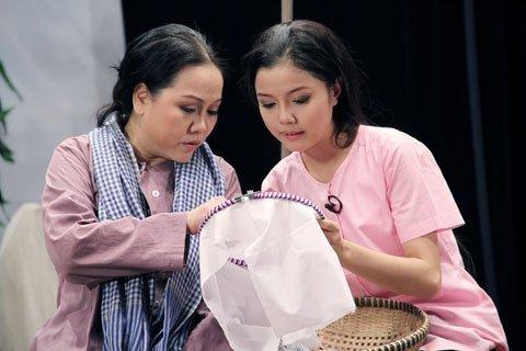 NS Ái Như và Hoàng Vân Anh trên sân khấu kịch Hoàng Thái Thanh