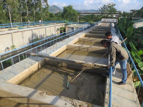 Bể xử lý của Nhà máy Nước An Khê đóng cặn dày khoảng 10 cm, bốc mùi hôi thối