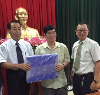 Ông Narazaki Mikio(bìa trái) tặng quà gặp mặt cho ông Nguyễn Phong Quang