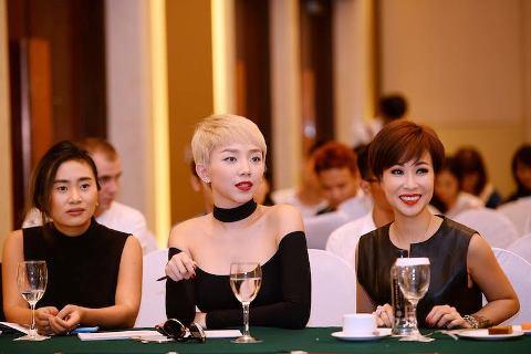 Tóc Tiên (giữa) và Uyên Linh (bìa phải) nổi bật trong buổi họp báo
