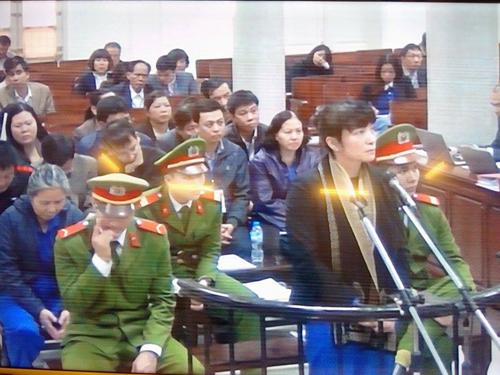 Bị cáo Phạm Thị Bích Lương (đứng) tại phiên tòa ngày 23-12- Ảnh chụp qua màn hình
