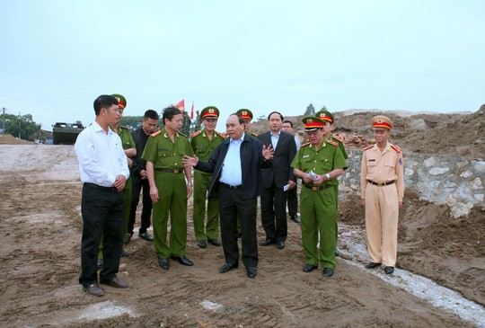 Phó Thủ tướng Nguyễn Xuân Phúc bất ngờ đột kích khu vực khai thác cát trái phép gây sạt lở sông Hồng ở huyện Thường Tín, TP Hà Nội - Ảnh: Xuân Tuyến