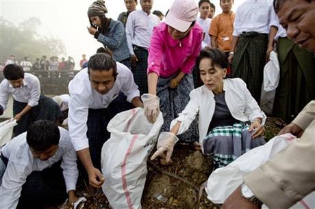 Bà Aung San Suu Kyi đích thân ra đường nhặt rác, thu hút sự hưởng ứng và tham gia của cư dân, người ủng hộ. Ảnh: AP