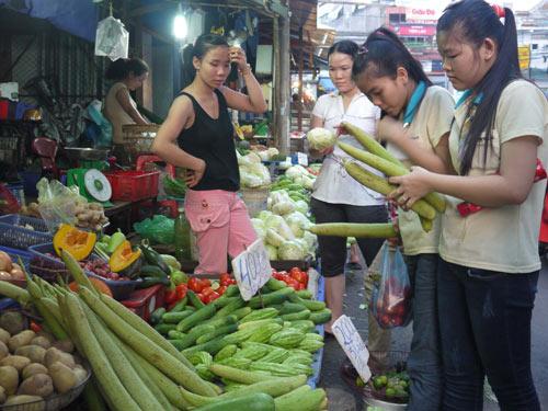Công nhân đi chợ chỉ dám mua rau, đậu; sống trong nhà trọ tồi tàn, ẩm thấp- ảnh chụp tại chợ Hậu Dưỡng, xã Kim Chung, huyện Đông Anh, Hà Nội ngày 26-8   ẢNH: VĂN DUẨN