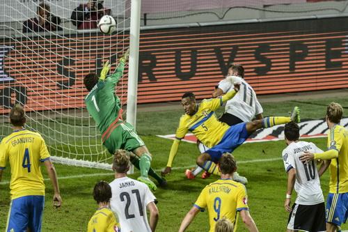 Harnik (11) ghi cú đúp vào lưới Thụy Điển