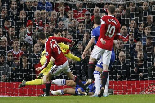 Ander Herrera trong tình huống tấn công trước cầu môn Chelsea