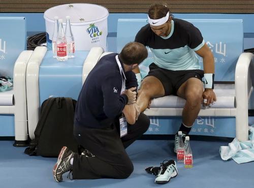 Chấn thương của Nadal khiến trận đại chiến nhạt nhòa hơn mong đợi