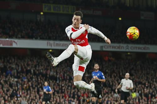 Mesut Ozil tiếp tục lập công lớn cho Arsenal