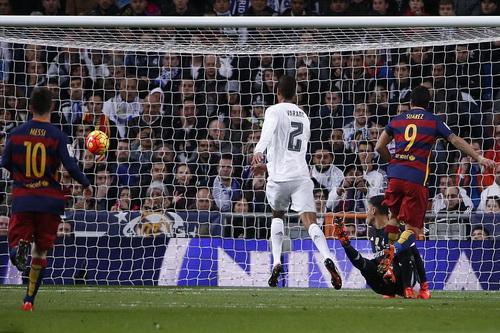 Bàn thắng mở tỉ số của Luis Suarez