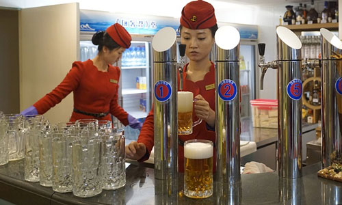 Một nhà hàng có bán bia ở Triều Tiên Ảnh: The Guardian