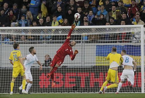 Thủ môn Handanovic xuất sắc trong nhiều pha bóng nhưng Slovenia vẫn thất bại ra về