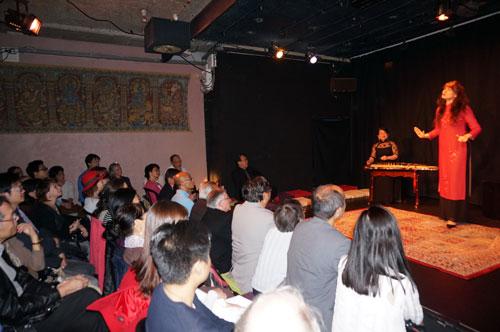 Nghệ sĩ Isabelle Genlis trình diễn kể chuyện cổ tích Việt Nam bằng tiếng Pháp, trên nền tiếng đàn tranh của nghệ sĩ Hồ Thụy Trang tại đêm nhạc