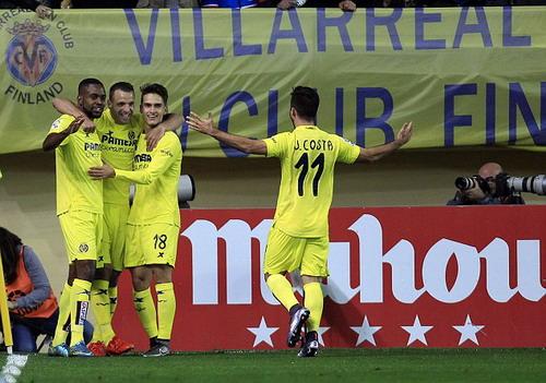Roberto Soldado (thứ hai, từ trái sang) sau pha ghi bàn duy nhất của trận đấu