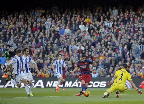 Suarez và pha vôlê đẹp mắt, nhân đôi cách biệt cho Barcelona