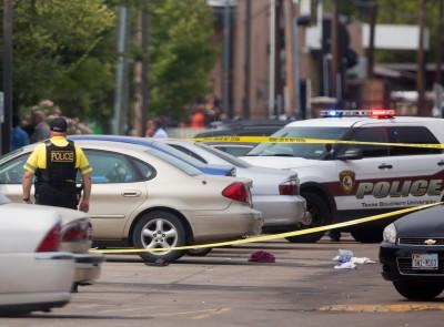 Cảnh sát phong tỏa hiện trường vụ xả súng. Ảnh: AP