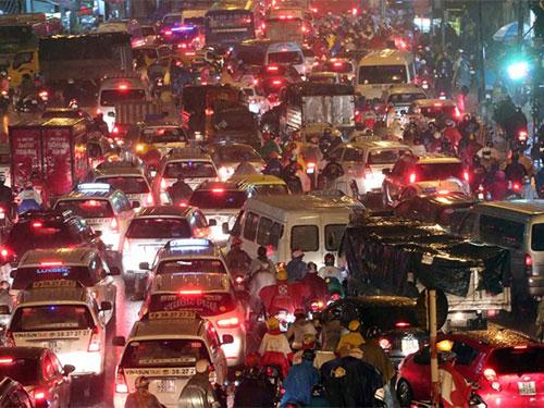 Kẹt xe dữ dội tại TP HCM do trời mưa. Ảnh: BÁO THANH NIÊN