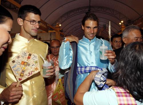 Tham quan phiên chợ chiều Bangkok và được người bán hàng tặng khăn