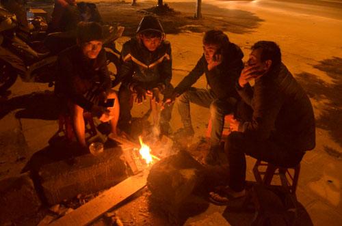 Nhiệt độ xuống thấp, người dân Hà Nội đốt lửa sưởi ấm trong đêm lạnh Ảnh: NGUYỄN HƯỞNG