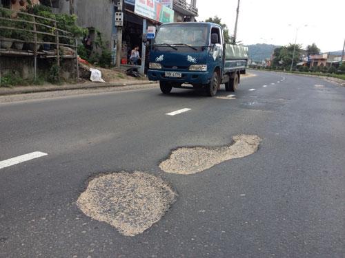 """Một điểm có nhiều """"ổ gà"""" trên Quốc lộ 1 tại thị trấn Chí Thạnh, huyện Tuy An, tỉnh Phú Yên Ảnh: Hồng Ánh"""