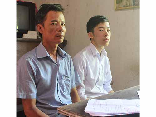Ông Nguyễn Đình Hóa (trái) tỏ ra rất ân hận khi việc làm trước đây của mình ảnh hưởng đến con