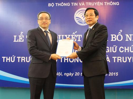 Bộ trưởng Bộ TT-TT Nguyễn Bắc Son trao quyết định bổ nhiệm Thứ trưởng Bộ TT-TT cho ông Phan Tâm (trái)